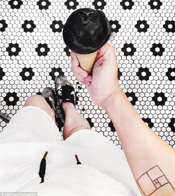 """Mạng xã hội Instagram đang """"sốt xình xịch"""" với loại kem màu đen kỳ lạ này."""
