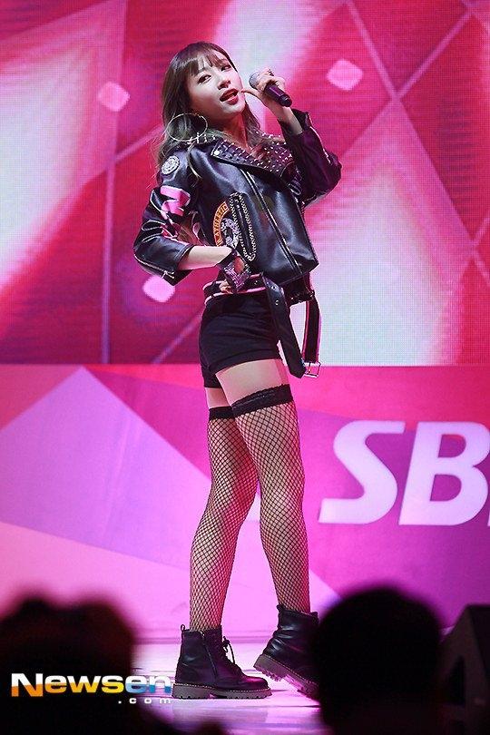 """Hani (EXID) vốn nổi tiếng từ fancam trình diễn vũ đạo gợi cảm """"Up & Down"""" nên trước giờ mọi người đều đinh ninh rằng nữ ca sĩ sở hữu một vòng 3 bốc lửa nhưng trên thực tế, Hani có vòng 3 phẳng lì."""