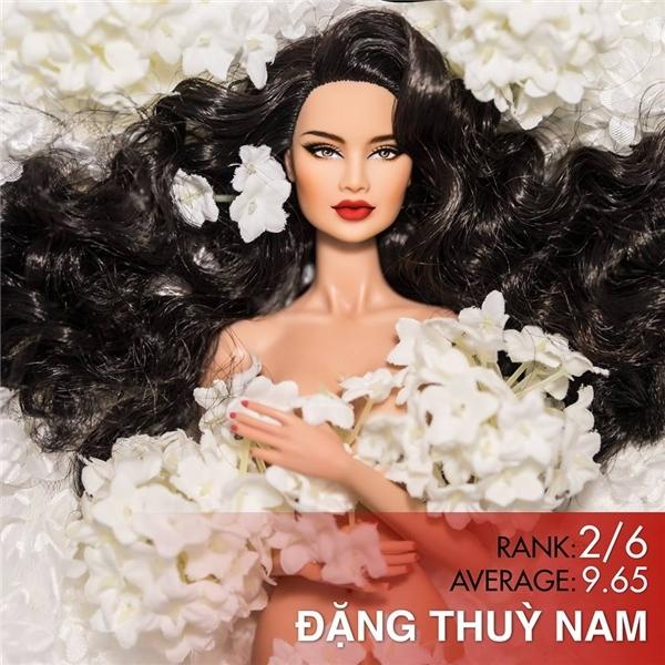 Ngay cả Hoa hậu Búp bê Việt Nam 2015 cũng được tạo hình khá giống với Phạm Hương qua vẻ ngoài sắc sảo, gợi cảm.