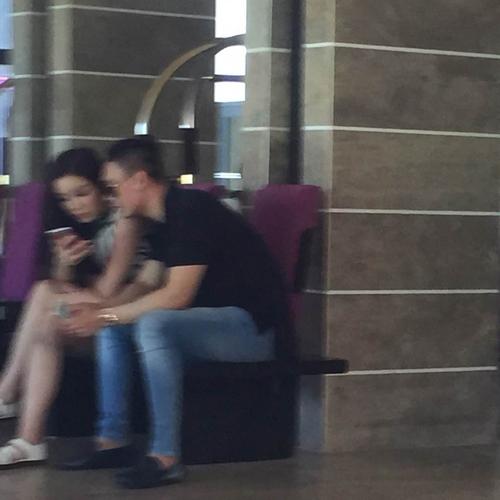 Không hề có khoảng cách nào giữa người đẹp Nam Định và chàng doanh nhân trẻ, họ ngồi sát bên nhau vàkhá thân mật. - Tin sao Viet - Tin tuc sao Viet - Scandal sao Viet - Tin tuc cua Sao - Tin cua Sao