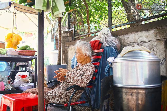 Góc nghỉ ngơi của cụ Thơm trong con hẻm trên đường Lê Quang Định.
