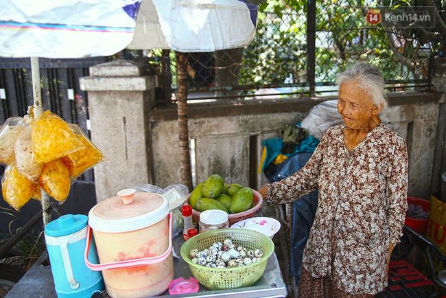 Đến trưa, cụ lại đẩy xe trái cây, bánh tráng đi bán dạo.