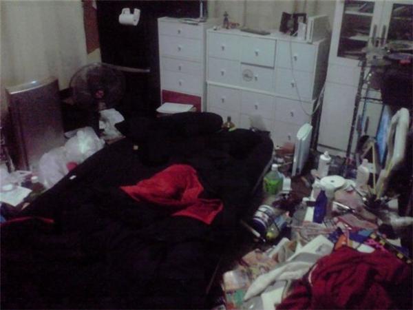 Chủ nhân căn phòng này đã rất sáng suốt khi chọn chiếc nệm màu đen, giúp căn phòng trông đỡ dơ hẳn.