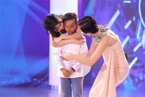 Giọng ca ngọt ngào và đầy tình cảm của Hồ Văn Cường đã khiến hai nữ giám khảo xinh đẹp không kìm được nước mắt. - Tin sao Viet - Tin tuc sao Viet - Scandal sao Viet - Tin tuc cua Sao - Tin cua Sao