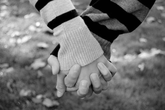 Những cặp đôi thường xuyên nắm tay nhau bằng cách đan cài các ngón tay vào nhau là những cặp rất gắn bó thân thiết với nhau. (Ảnh: Internet)