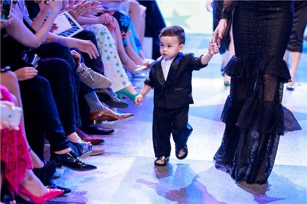 Những bước đi chập chững của cậu bé khiến khán giả vô cùng thích thú và không ngớt những tràng pháo tay tán thưởng, động viên.