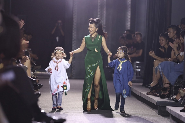 Bé Tôm, bé Tép vui vẻ, phấn khích khi catwalk cùng mẹ - diva Hồng Nhung trong show diễn của nhà thiết kế Hà Linh Thư.