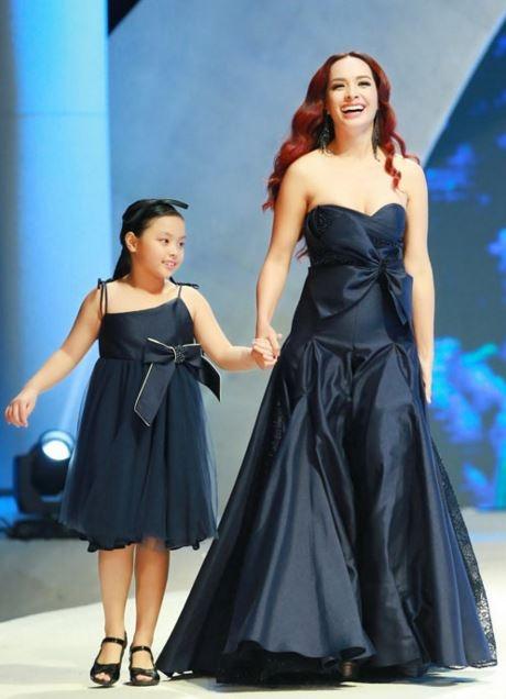 Con gái Thúy Hạnh tự tin trình diễn cùng mẹ trong show thời trang diễn ra tại thủ đô Hà Nội vừa qua.