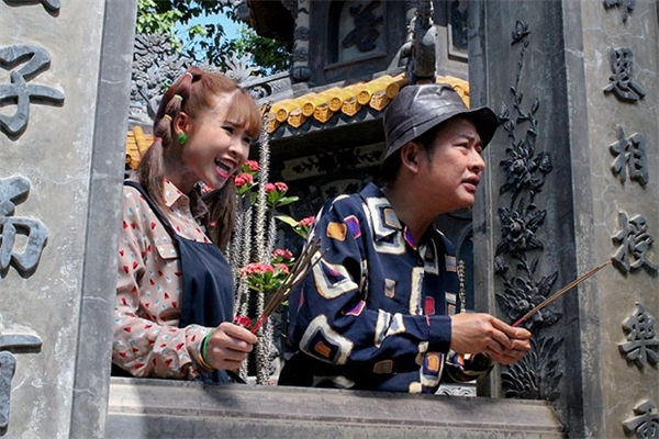 Sau gần 2 tháng rong ruổi từ phim trường Sài Gòn đến Đà Lạt, Khởi My cũng dần nhận ra Tấn Beo là một đàn anh rất chu đáo, trầm tính và rất hay giúp đỡ đàn em.