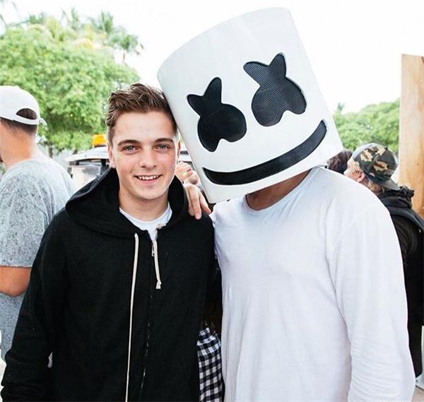 """Martin Garrix cũng là một số trong số nhiều DJ từng được """"nghi ngờ"""" đứng sau mặt nạ Marshmello."""