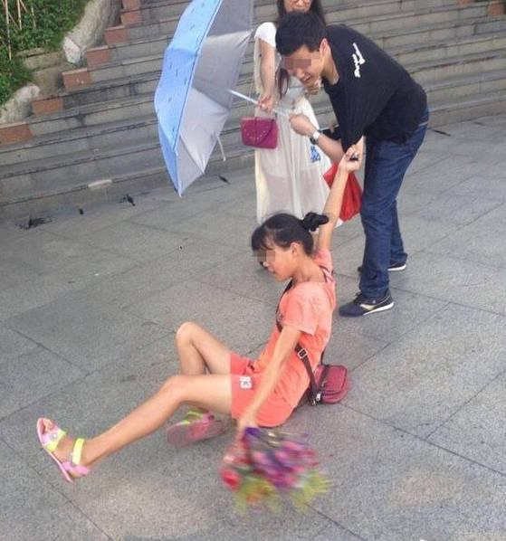 Cô gái bán hoa lầy lội đu bám ăn vạ khách mua cho bằng được