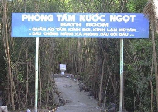 """Chỉ ở Việt Nam mới có biển hướng dẫn bá đạo như vầy! Phòng tắm nước ngọt đầy đủ tiện nghi mà còn """"lộ thiên"""" thích ngắm ai thì ngắm mà ai thích ngắm thì cũng thoải mái luôn!"""
