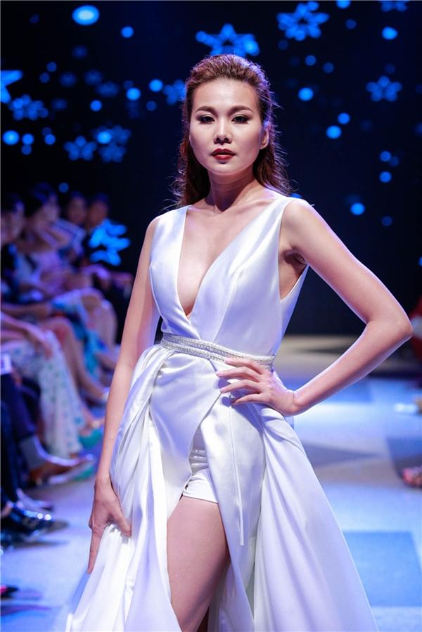 Thanh Hằng đảm nhận vai trò vedette cho show diễn. Cô diện bộ váy màu trắng xẻ tà, xẻ ngực sâu hun hút. Những bước catwalk uyển chuyển của cô luôn làm khán giả mê đắm.