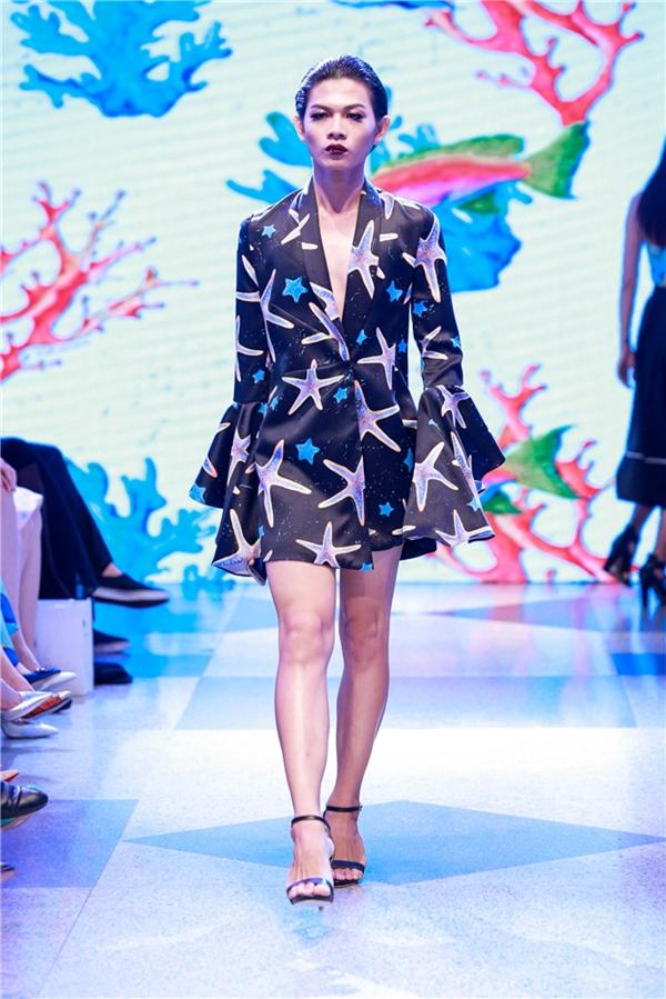 """Trong show diễn, Adrian Anh Tuấn mang một vài người mẫu nam lên sàn diễn và """"biến"""" họ thành nữ giới. Chỉ khi chú ý kĩ, khán giả mới nhận ra được điểm thú vị này."""