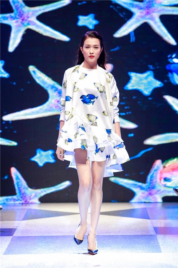 Á hậu Hoàn vũ Việt Nam 2015 Lệ Hằng giữ vai trò mở màn cho bộ sưu tập.