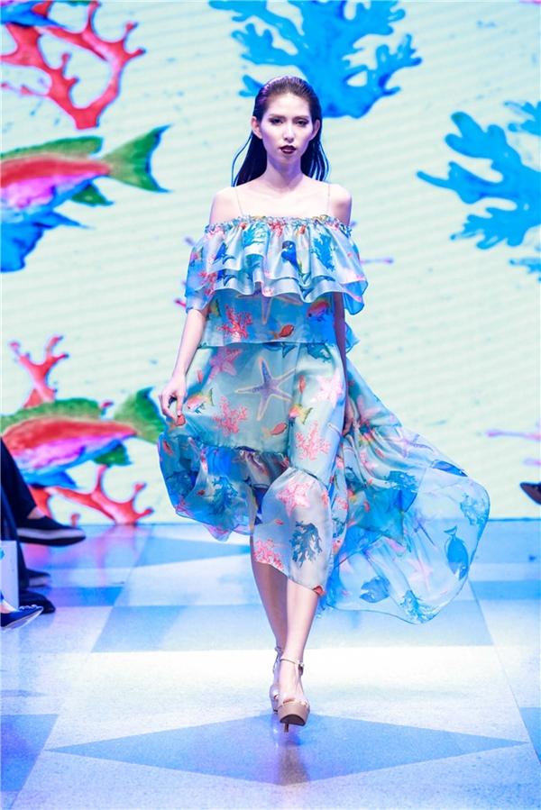Xuyên suốt phần 1 là những thiết kế nữ tính, nhẹ nhàng với họa tiết của miền biển đậm chất mùa hè sôi động.