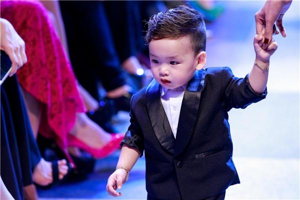 Hoa hậu Diễm Hương còn mang cả con trai lên sàn diễn. Khoảnh khắc này thật sự chiếm trọn tình cảm của khán giả.