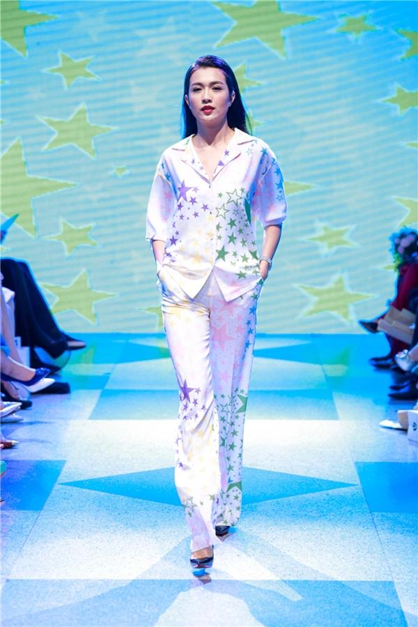 Phần cuối của Superstar là những thiết kế ứng dụng xen lẫn dạ hội với họa tiết in ngôi sao cùng chất liệu ren hoa lá làm chủ đạo.