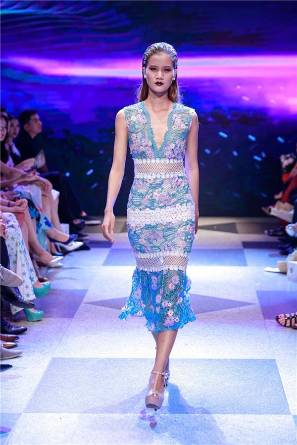 Kĩ thuật đan móc thịnh hành hay đính kết kì công của trang phục cao cấp được Adrian Anh Tuấn vận dụng tối đa vào trong các mẫu trang phục này.Màu sắc cũng được biến hóa đa dạng, linh hoạt hơn như một khu vườn hoa mùa hạ miền nhiệt đới.