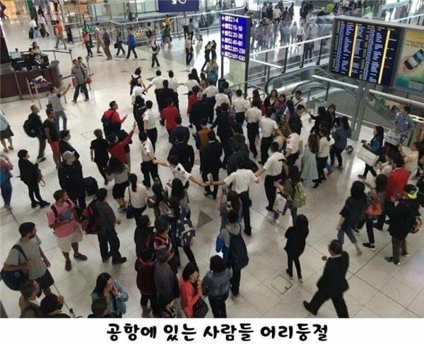 """Song Joong Ki tiếp tục """"méo mặt"""" vì đội ngũ an ninh """"làm lố"""""""