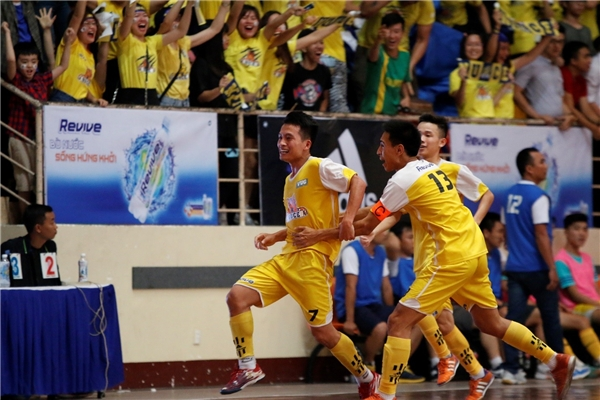 Số 7 Nguyễn Quang Chiến xuất sắc lập cú hat-trick, đưa ĐH Xây Dựng đến với ngội vị Tân Vương futsal toàn quốc VUG 2016.
