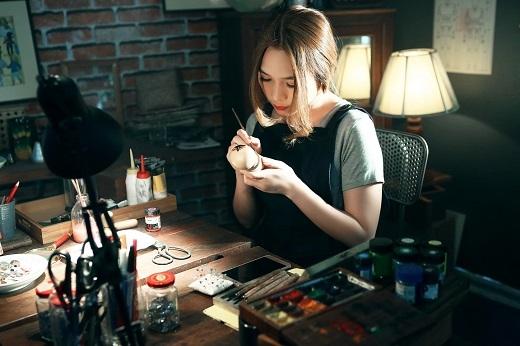 Đầu tiên, Mỹ Tâm vào vai một nghệ sĩ vẽ trang trí búp bê - Tin sao Viet - Tin tuc sao Viet - Scandal sao Viet - Tin tuc cua Sao - Tin cua Sao