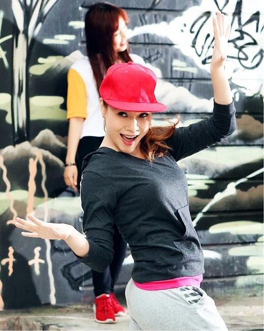 Sau đó, nữ ca sĩ tiếp tục với phong cách hip hop đường phố trẻ trung, năng động và nghịch ngợm - Tin sao Viet - Tin tuc sao Viet - Scandal sao Viet - Tin tuc cua Sao - Tin cua Sao