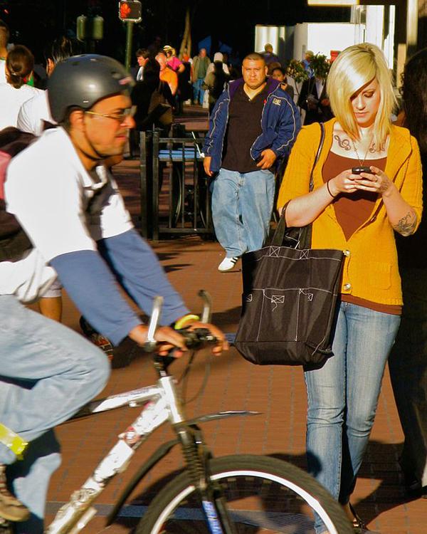 Ngoài ra, việc cúi đầu vào điện thoại khi đi đường rất dễ bị tai nạn. (Ảnh: Internet)