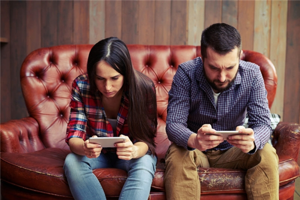 Nghiên cứu cho thấy những người cúi đầu khi dùng smartphone có khuynh hướng tự ti và thiếu quyết đoán. (Ảnh: Internet)