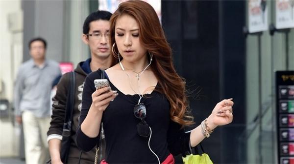 Việc sử dụng điện thoại không đúng cách có thể làm xấu tâm trạng người dùng. (Ảnh: Internet)