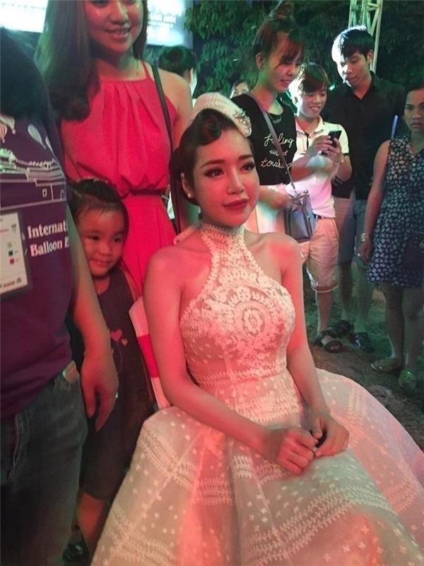 Trong một đêm diễn thời trang tại Huế, những hình ảnh hậu trường của Elly Trần khiến khán giả sửng sốt với khuôn mặt sưng vù, bị lệch về một bên.