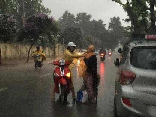 Khoảnh khắc cô gái che mưa cho bà cụ trong cơn mưa dông hiện thu hút hơn 53.000 like (thích) và 3.000 chia sẻ. Ảnh: Quan Tran.