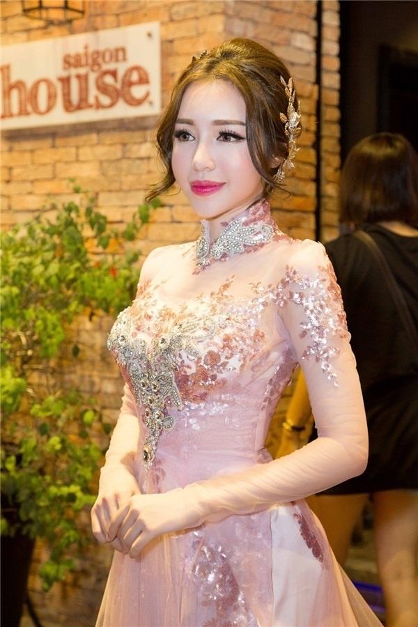Elly Trần trong một buổi trình diễn áo dài gần đây. Nhiều người nghi ngại về gương mặt có dấu hiệu biến dạng của Elly Trần.