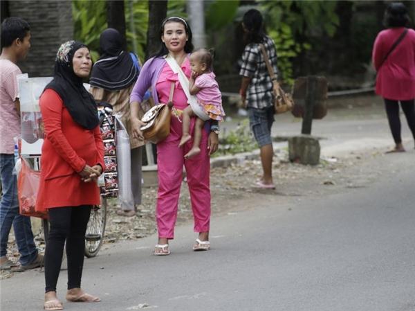 Sau khi điều luật 3 trong 1 ra đời, người dân nơi đây có thêm một nghề mới: đi chui xe.