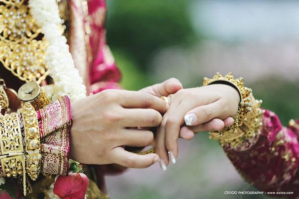 Chú rể trao nhẫn cưới cho cô dâu. (Ảnh: Internet)