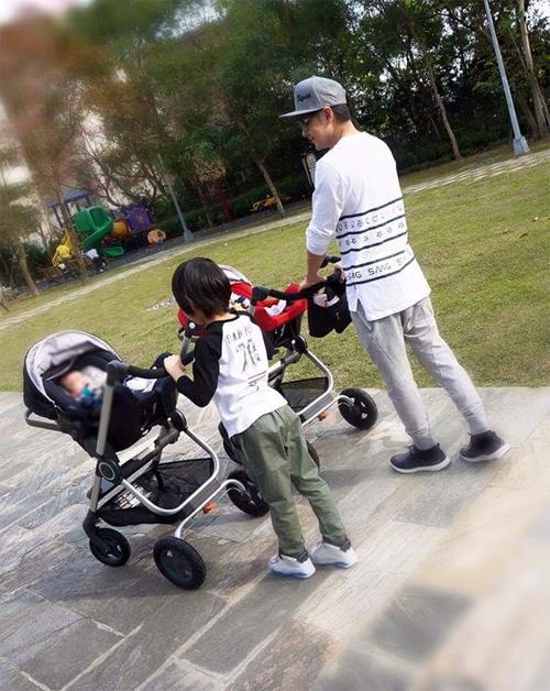 Hình ảnh cậu cả Kimi cùng bố đưa 2 em đi dạo