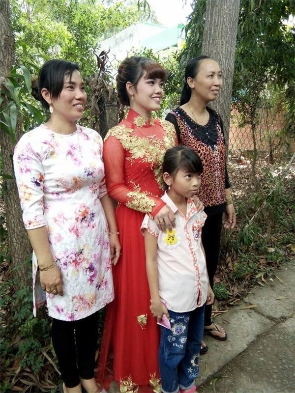 Cô dâu rạng rỡ chụp ảnh cùng gia đình dù chú rể không còn bên cạnh - (Ảnh: trang cá nhân).