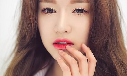 Hạn chế dùng tay tô son môi là cách để bảo vệ sức khỏe