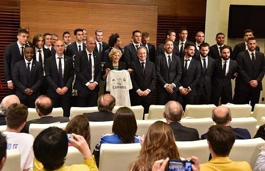Chủ tịch Perez dẫn đầu đoàn cầu thủ Real đến báo công với thị trưởng Manuela Carmena của thành phố Madrid. Ảnh: Getty.