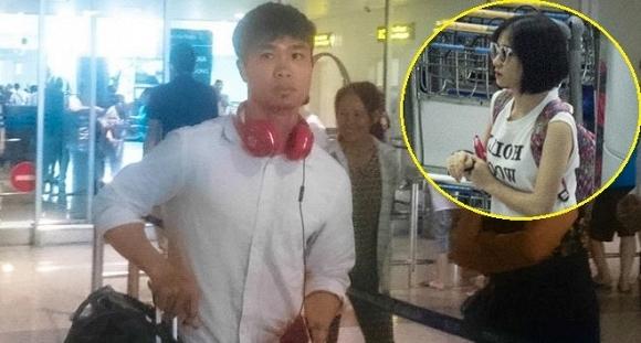 """Thời gian qua, có thông tin Công Phượng và Hòa Minzychia tay nhau nhưng với việc cô ca sĩ trẻ này ra sân bay đón chân sút đội tuyển Việt Nam đã xóa tan tin đồn """"rạn nứt"""" giữa họ."""
