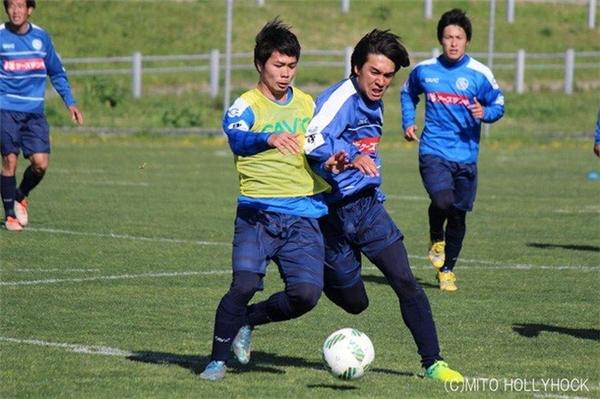 Hình ảnhCông Phượng tập luyện cùng các đồng đội tại CLB Mito Hollyhock,Nhật Bản.