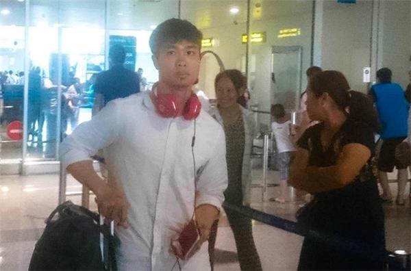 Công Phượng xuất hiện với chiếc áo sơ mi trắng, quần bò đơn giản tại sân bay Nội Bài và nhanh chóng thu hút sự chú ý của nhiều khán giả.