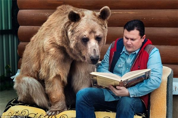 Stepan chăm chú theo dõi ông Yuriy đọc sách.