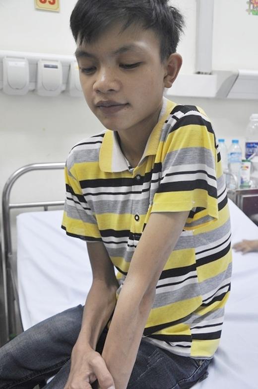 Cậu béThanh Phúgầy gò, ốm yếu trong bệnh viện. (Ảnh: Internet)