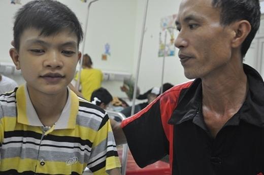 Phúbên cạnh bố trong bệnh viện. (Ảnh: Internet)