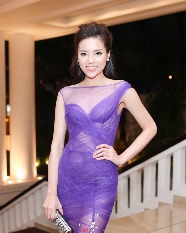 Diện chiếc váy xuyên thấu màu tím ngọt ngào, Hoa hậu Việt Nam 2014 để lộ rõ phần nội y cùng miếng dán ngực bên trong.