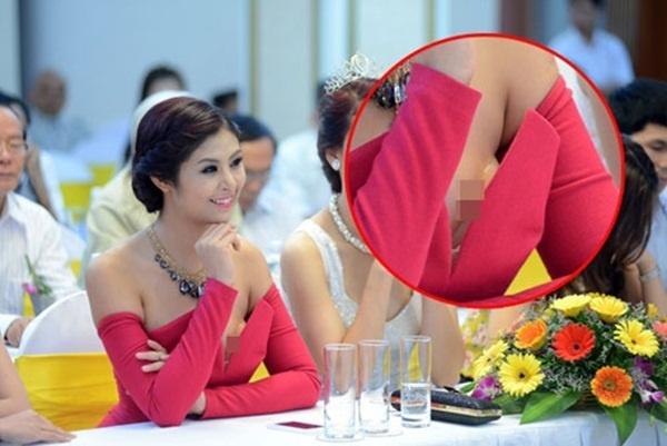 Tham dự một buổi tiệc quy tụ nhiều nhan sắc danh giá của làng giải trí Việt, Ngọc Hân diện bộ váy với đường xẻ ngực sâu hút. Chưa thấy được sự gợi cảm ở đâu, Hoa hậu Việt Nam 2010 bất ngờ bị soi khi lộ miếng dán ngực cùng silicon để tăng kích thước vòng 1.