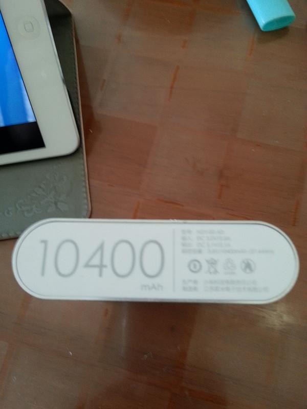 Thứ anh chàng nói trên mua được là một chiếc Xiaomi Power Bank 10400mAh phiên bản 2014, được giới thiệu là có thể sạc cho một chiếc iPhone từ 4-5 lần.