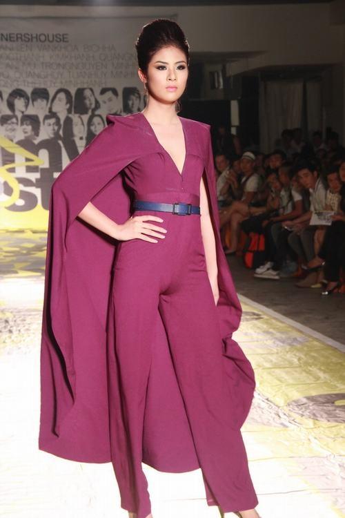 Thiết kế jumpsuit kết hợp áo choàng bên ngoài khiến Ngọc Hân lộ vùng nhạy cảm ngay trên sân khấu trong một lần trình diễn thời trang.