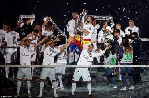 Các cầu thủ Real nhảy múa hát ca